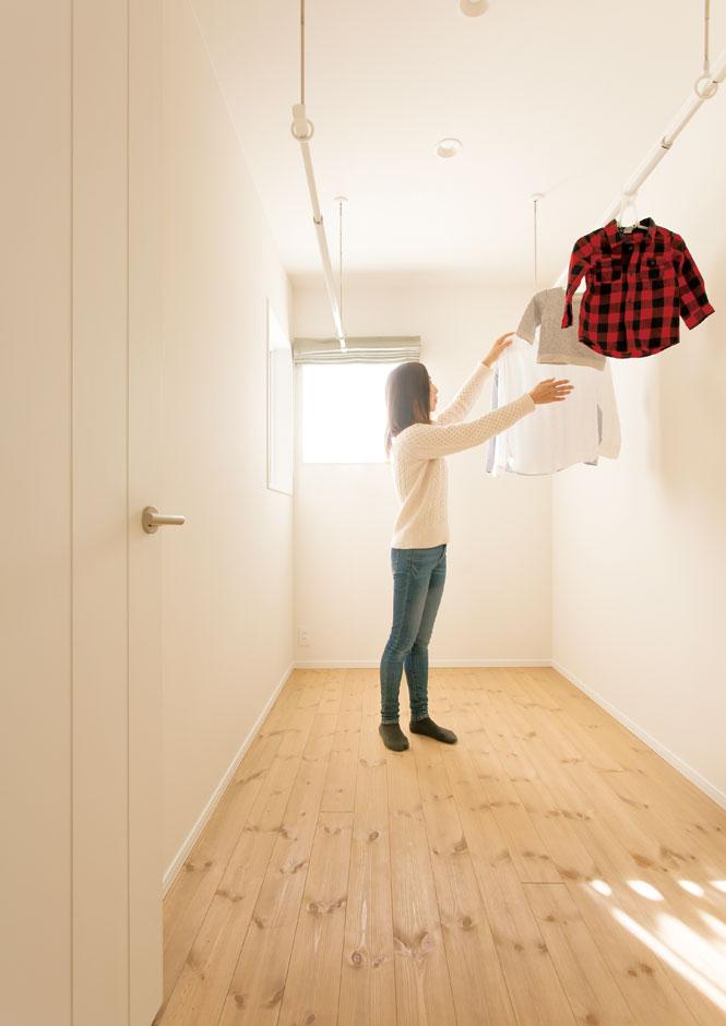 コバケンホーム(小林建設)【収納力、自然素材、間取り】2階に設けた室内干し用の部屋。除湿機を使えば嫌なニオイも付かずスピーディに乾かせる
