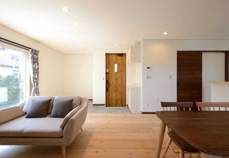 Yamaguchi Design 【デザイン住宅、自然素材、省エネ】いつも家族の気配を感じる、つながりのあるLDK。肌触りのいい無垢の杉の床の経年変化も楽しみ、土間のコーナーには憧れの薪ストーブを設置する予定