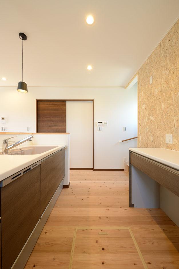 Yamaguchi Design 【デザイン住宅、自然素材、省エネ】吹抜けからたっぷりの光が降り注ぐ明るいLDK。地中熱を利用した「エコ•アイ換気システム」により、年中快適な温度を保ちつつ、床下から常にクリーンな空気が家中を循環する