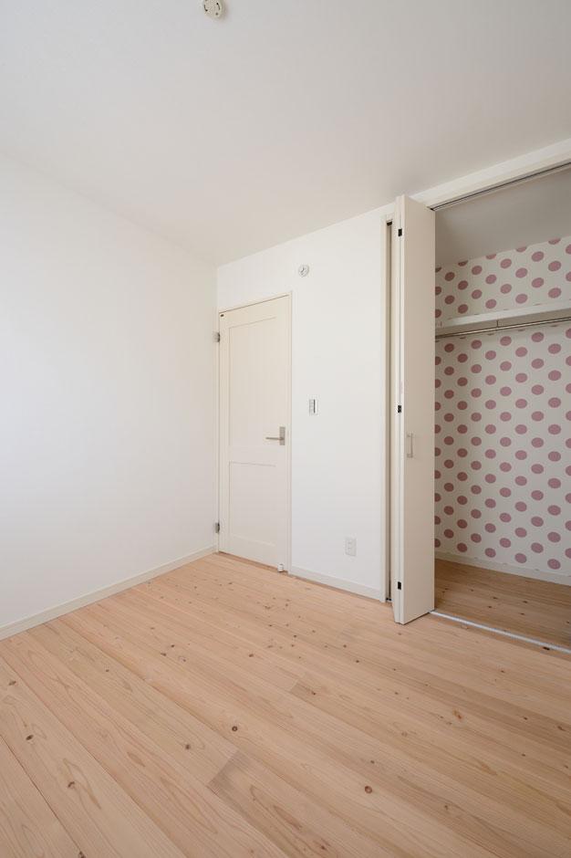 Yamaguchi Design 【デザイン住宅、自然素材、省エネ】2階の床もすべて無垢の杉板を採用。2つの子ども部屋と主寝室のクローゼット、トイレに色違いの水玉のクロスを貼って、変化を楽しむ