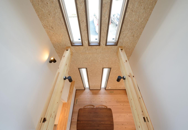 Yamaguchi Design 【デザイン住宅、自然素材、省エネ】2階ホールからダイニングを見下ろす。1階の床から天井に届くまで強度の強いOSB合板を贅沢に使用。塗り壁よりもリーズナブルで、メンテナンスもラクラク。飾り棚を取り付けるなど、自分スタイルで自由に楽しめるのもいい
