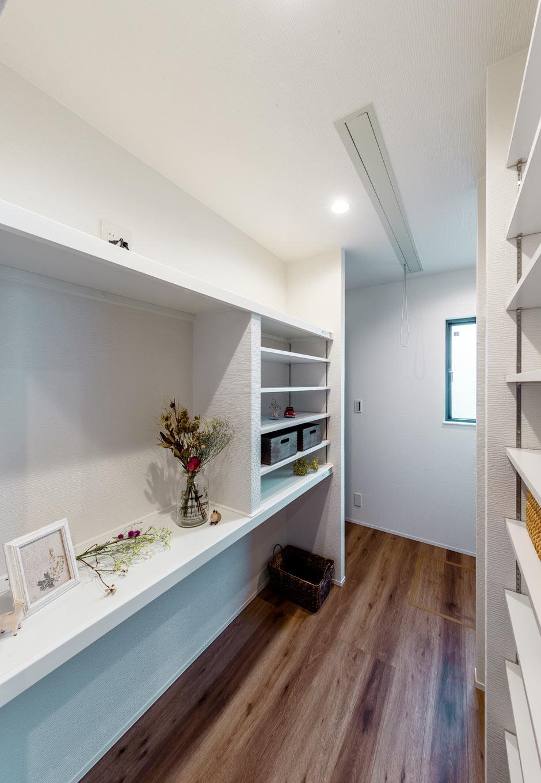 『nalabo』長坂篤建築研究所【デザイン住宅、収納力、建築家】大容量のパントリー。持ち物のサイズ、量に合わせて棚を造作。カウンターは写真を飾ったり、プリントを貼ったり、PCもできる家事コーナーとして使える