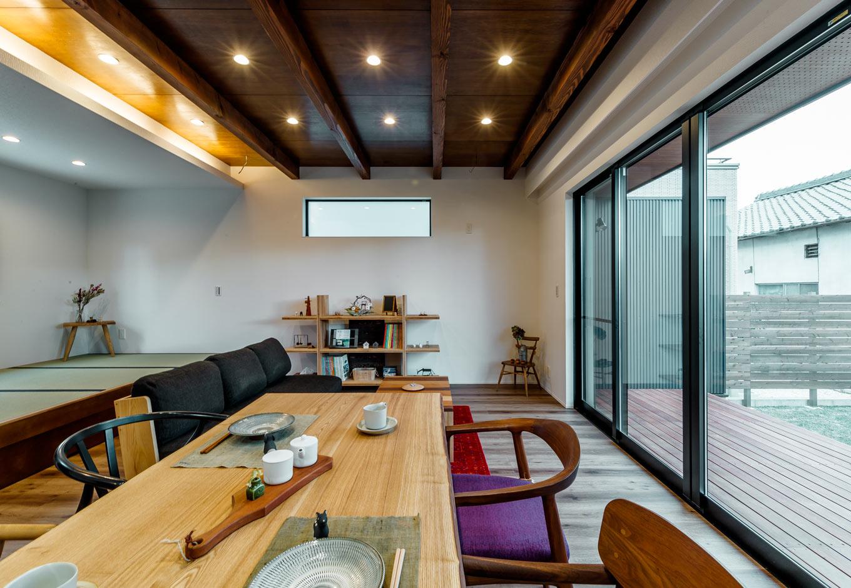 『nalabo』長坂篤建築研究所【デザイン住宅、収納力、建築家】リビングダイニングの大きな開口部を開けると、縁側のようなウッドデッキとつながり、BBQや子どもプールを楽しむ。おだやかな庭の景色も住まいの一部となる