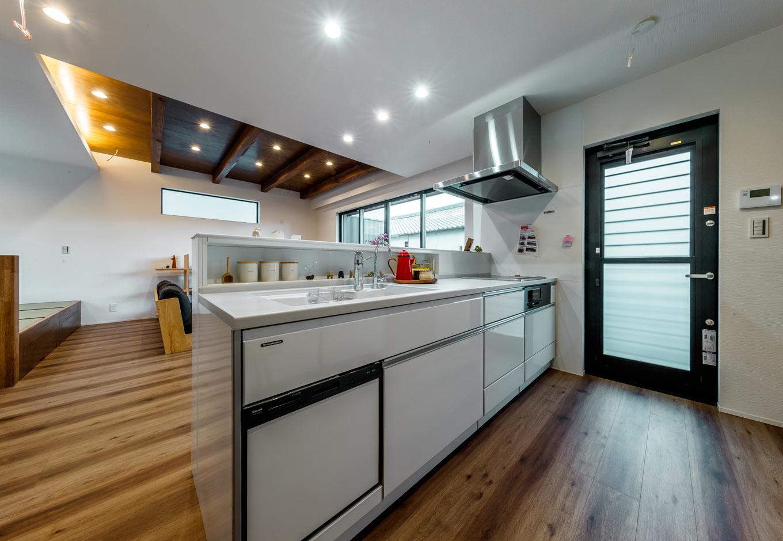 『nalabo』長坂篤建築研究所【デザイン住宅、収納力、建築家】手元を隠すと同時に、調味料入れを造作したキッチン。作業スペースも広く、大人が数人入っても窮屈に感じない