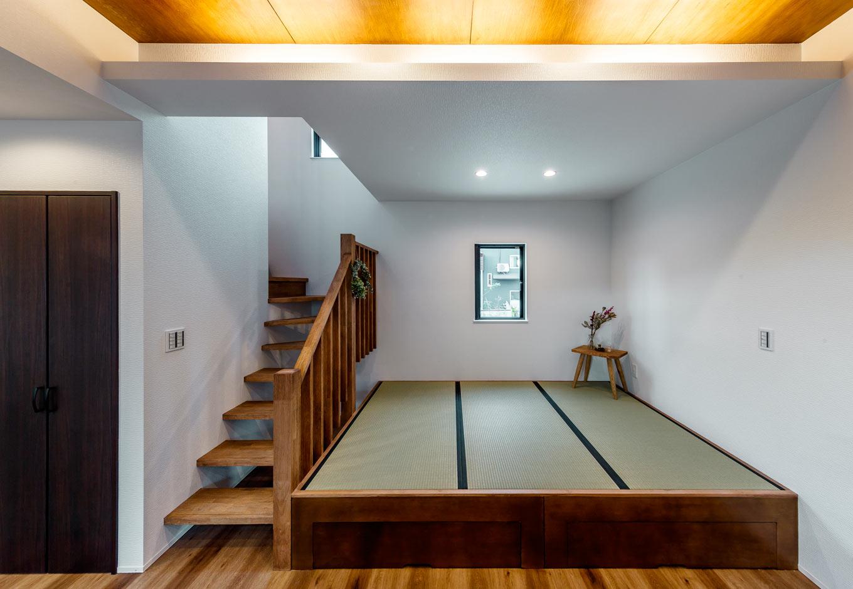 『nalabo』長坂篤建築研究所【デザイン住宅、収納力、建築家】小上がりの畳コーナーは、赤ちゃんを昼寝させたり、洗濯物をたたんだり、ちょっと横になりたい時に便利。畳の下は大容量の収納スペース。子どもを抱いたままでも昇降しやすい、ゆるやかな傾斜の階段は大工さんの手づくりで、使いこむほど味わいが出てくる