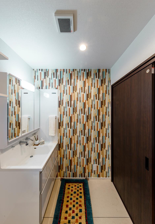 『nalabo』長坂篤建築研究所【デザイン住宅、収納力、建築家】モデルハウスのキッチンで使われていたカラフルなタイルを採用し、彩りを添えた洗面脱衣室。収納もたっぷりで、子育てママの家事時間を短縮する