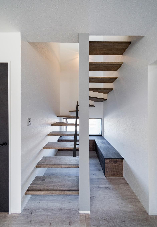 『nalabo』長坂篤建築研究所【子育て、建築家、スキップフロア】階段下のデッドスペースを活かしてベンチを造作。明かり取りと同時に外の景色を楽しめるようにした。畳コーナーを設ける代わりに、このような座れるスペースを随所につくったのも気が利いている