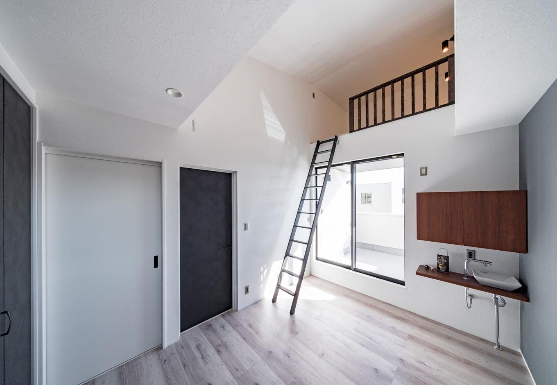 『nalabo』長坂篤建築研究所【子育て、建築家、スキップフロア】ご主人がDVDを楽しむためのロフト、夫婦でコーヒーを飲むための水栓設備を設けた主寝室。バルコニーでおうちカフェを楽しむことも
