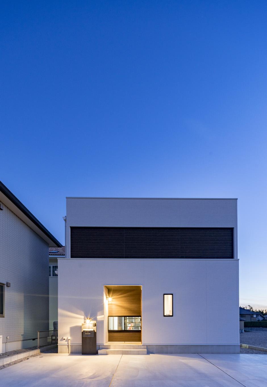 『nalabo』長坂篤建築研究所【子育て、建築家、スキップフロア】白いBOXが2つ乗っかったように見えるスタイリッシュ&モダンな外観。リビングの階段下に小さく切り取った窓を通して室内の気配がわかる