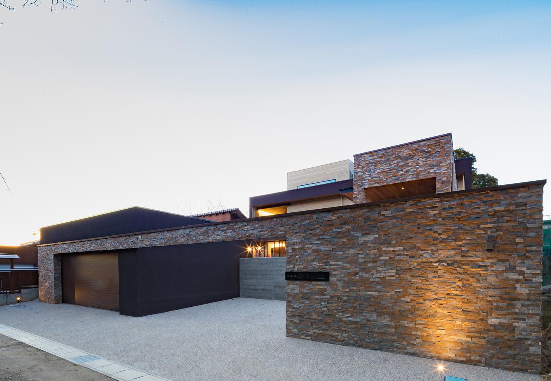 『nalabo』長坂篤建築研究所【デザイン住宅、子育て、建築家】家の第一印象を決めるファサード。天然石を贅沢に使い、シンプルなフォルムの中にも高級感がただよう建築家らしいデザインが素敵。建物とガレージの屋上すべてに20kW超のソーラーパネルを搭載
