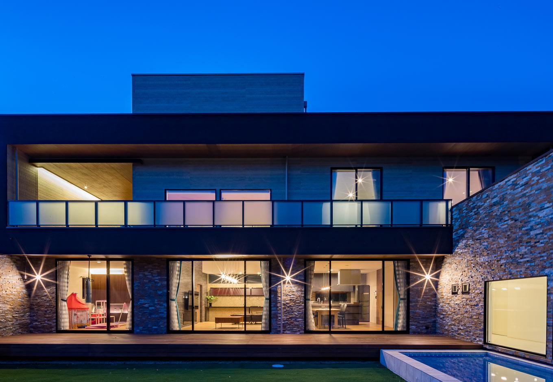 『nalabo』長坂篤建築研究所【子育て、建築家、スキップフロア】南面は開口部を大きくとり、たっぷりの光と風を招き入れる。軒を長く伸ばしたことで、子どもたちは日射を気にすることなくウッドデッキで遊ぶことができる