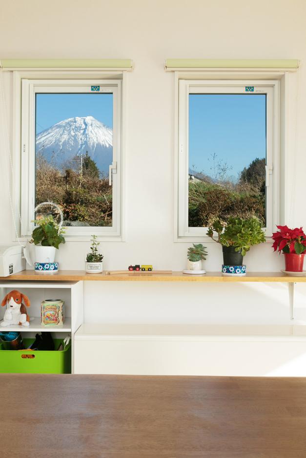 大家族が毎日、集まるリビングの富士山の眺め。蓄熱式暖房機とFPの家との効果は抜群