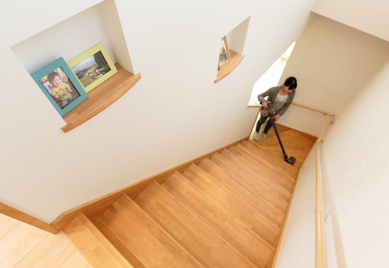 掃除機もラクラク。親子で並んで降りることも可能な広々階段。こういったところを柔軟に対応できるのは、自由設計ならではの魅力