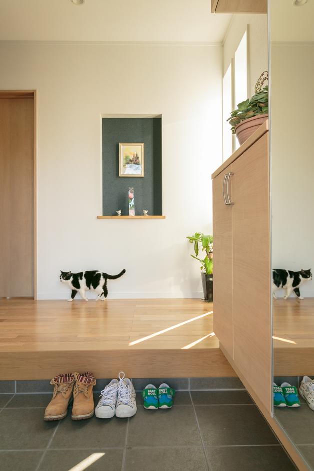 家族の一員のネコのミルク。ペットドアやかさばるペット用品もストックしておける広い土間収納でペットも仲良く一緒に暮らす