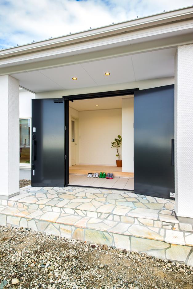 Wさんこだわりの玄関ドアの「アヴァントス」。使い込むほどに味が増す本革ハンドル