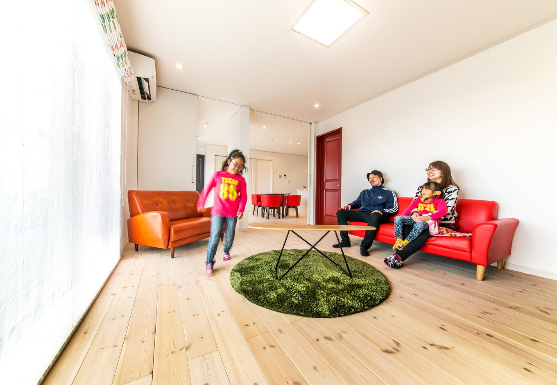 すべすべ肌触りのよい無垢床。視界を広げるハイジャスト建具は開放感を出してくれる。限られた空間を満足のいくように演出した
