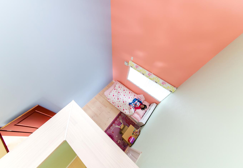 大人でもワクワクする子ども部屋。壁紙の絶妙な配色はお子さんのコーディネート