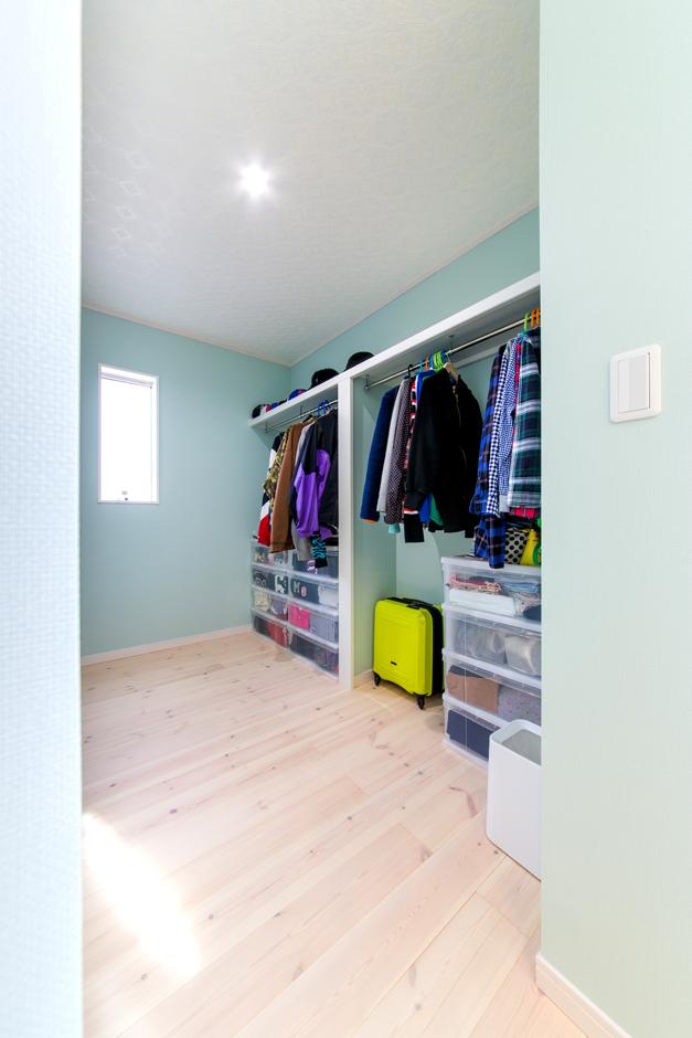 寝室からつづくウォークインクローゼット。オシャレなご夫婦のため、たくさんの洋服が収納可能