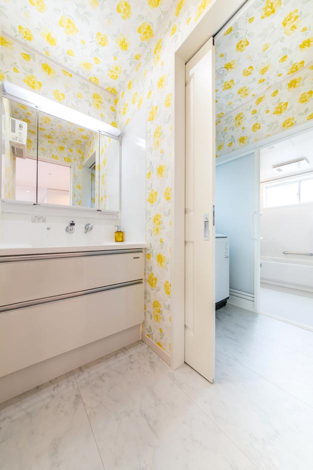 洗面室と脱衣室はあえて扉で隔てている。娘たちが入浴中であっても洗面室が使用できるようにとご主人の心遣いで叶えた