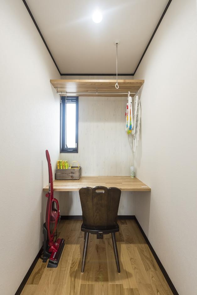 アイジーホーム 【デザイン住宅、収納力、インテリア】キッチン脇に設けた、奥さま念願の家事室。カウンターテーブルでアイロン掛けをしたり、ちょっとした作業にも便利なスペース。おかげでリビングはいつもすっきりとした印象をキープできる
