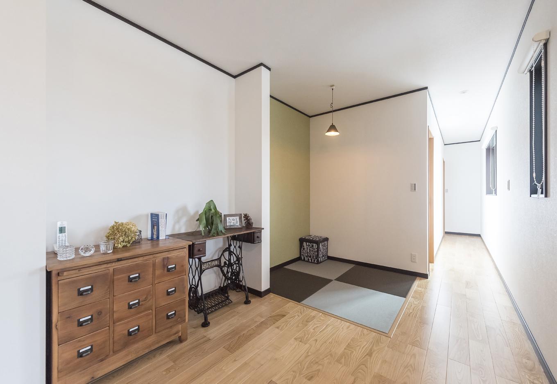 アイジーホーム 【デザイン住宅、収納力、インテリア】リビングの一角に設けた畳コーナー。気軽に横になれるこのスペースは、ご主人の希望によるもの。琉球畳みと日本家屋の聚楽壁を思わすクロスの色は、違和感なくリビングに溶け込んでいる
