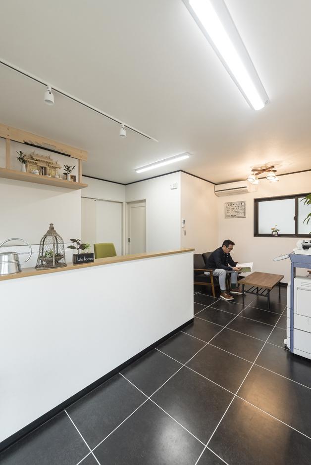 アイジーホーム 【デザイン住宅、収納力、インテリア】1階の事務所スペース。カウンターの中は奥さまが事務を執る机が。奥にある接客スペースには、住居と同じテイストのテーブルとソファでお洒落な空間に