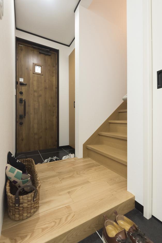 アイジーホーム 【デザイン住宅、収納力、インテリア】事務所側から見た玄関。ホールを共有にして玄関からも事務所からも行き来できる動線を確保した。後からの設計変更だったが、寸法に合わせたスリムタイプの玄関ドアを探してもらい設置