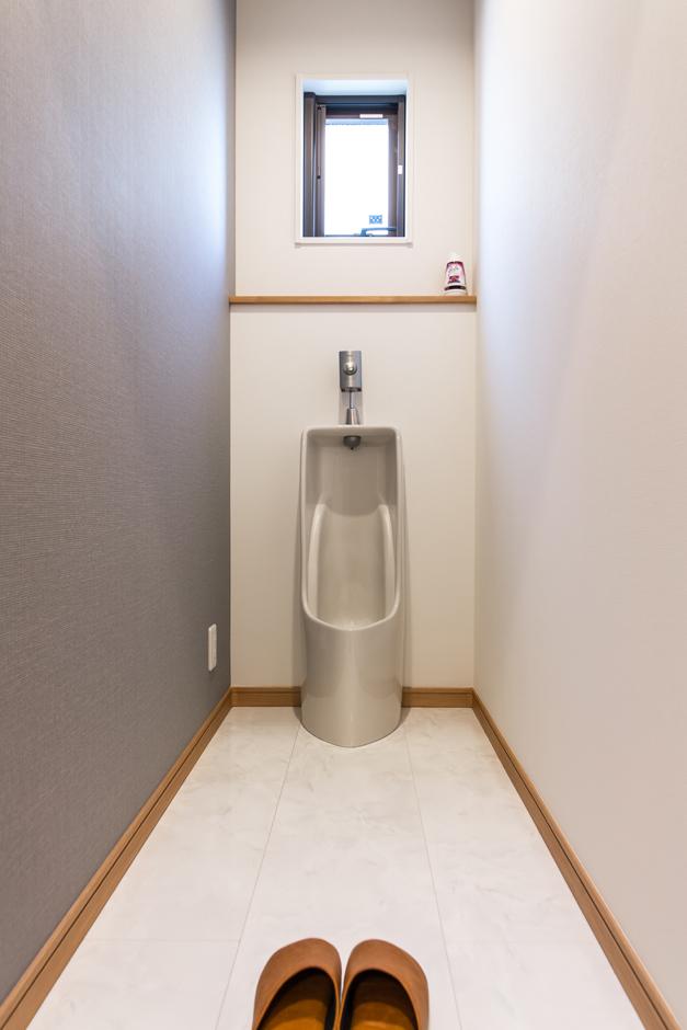 男性専用トイレはかつてからのご主人の念願。昨今、コンビニやスーパーなどで男女兼用または女性専用トイレは多く見かけるようになったが、男性専用トイレはなかなか目にすることがないことから