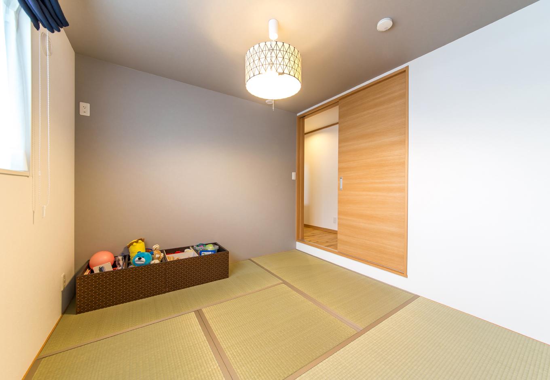 天井高を下げ、段下がりにした和室は、他の部屋との雰囲気を空間に変化をつける。THE和室はお望みでなかった奥さまが選んだ照明器具と「Cafe Style展示場」で採用のグレーの壁紙とグレージュの畳縁が程よいカジュアル感を出している