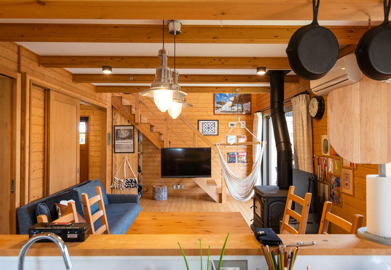 BESS浜松【子育て、趣味、自然素材】LDKを一望する対面キッチンは、家族をそばに感じながら家事ができる。テレビ台を置かず階段付けにすることで、空間がすっきり