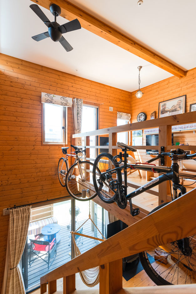 BESS浜松【子育て、趣味、自然素材】吹き抜けを活用して、ご主人とお子さんの自転車を収納。「見た目はいいんですけど、飾っちゃうと、なかなか乗る機会が減って」と苦笑い