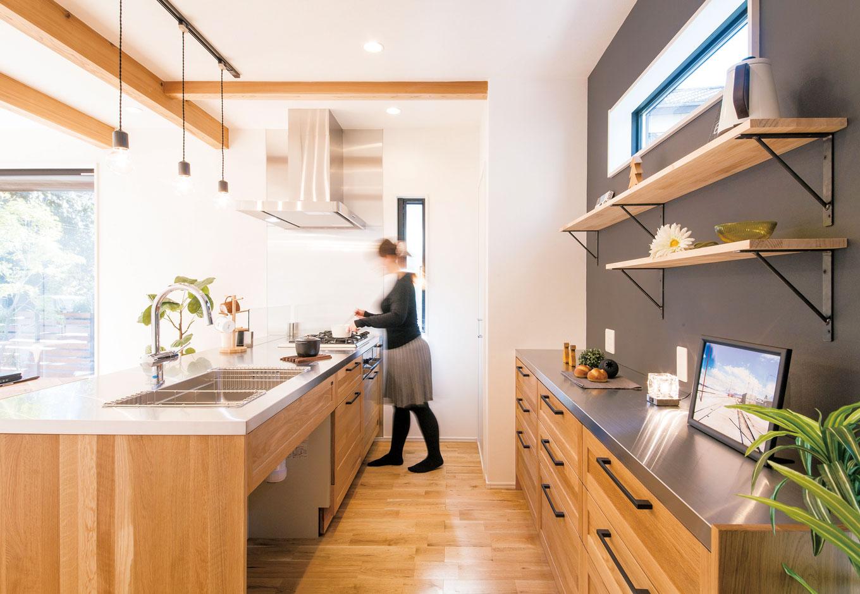 住たくeco工房【1000万円台、デザイン住宅、自然素材】キッチンと食器棚の天板はステンレスでテイストを揃えて。シンク下はくりぬいてゴミ箱の収納場所とした。食器棚も標準仕様に含まれているのがうれしい。壁はダークグレーの黒板クロスでアクセントに
