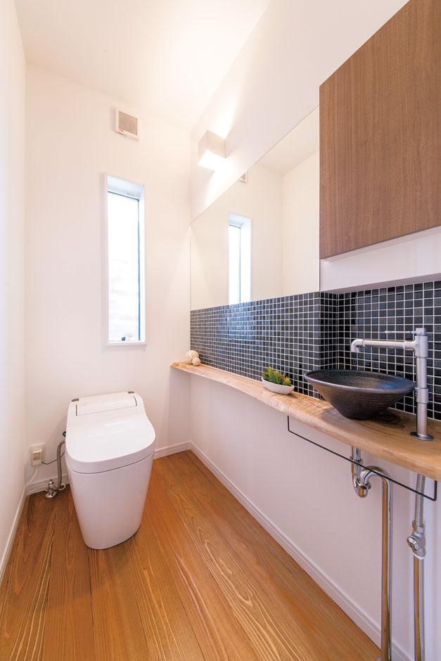 住たくeco工房【1000万円台、デザイン住宅、自然素材】手洗いボウルと壁のタイルはカラーが選べる仕様。ダークカラーをチョイスし男前に仕上げた。床はムク材のフローリング