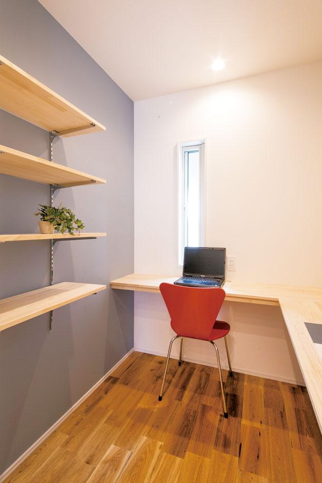 住たくeco工房【1000万円台、デザイン住宅、自然素材】階段を上がってすぐのオープンな空間に書斎コーナーを造作。PC作業など、家族のだれでも使える共有スペースに