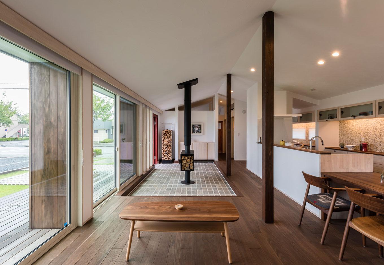 R+house 浜松中央(西遠建設)【自然素材、建築家、平屋】玄関土間とひとつながりになった大きなLDK。ウッドデッキとの連続感もあってさらに開放的に仕上がっている