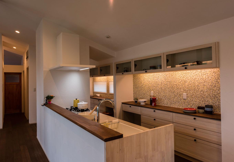 R+house 浜松中央(西遠建設)【自然素材、建築家、平屋】キッチンはウッドワンの木のキッチンを採用。モザイクタイルの壁がさりげなくインテリアのアクセントに