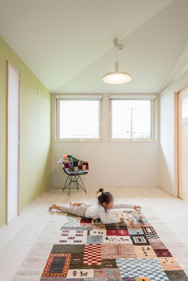 R+house 浜松中央(西遠建設)【自然素材、建築家、平屋】リビングの隣に位置する子ども部屋。室内は、切妻の屋根の傾斜がそのまま天井のかたちに現れている