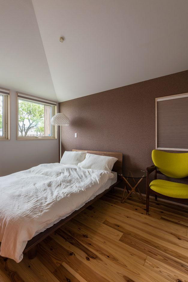 R+house 浜松中央(西遠建設)【自然素材、建築家、平屋】寝室の壁は、一面だけコルクチップ入りの壁紙をチョイス。アースカラーが落ち着いた雰囲気をつくる