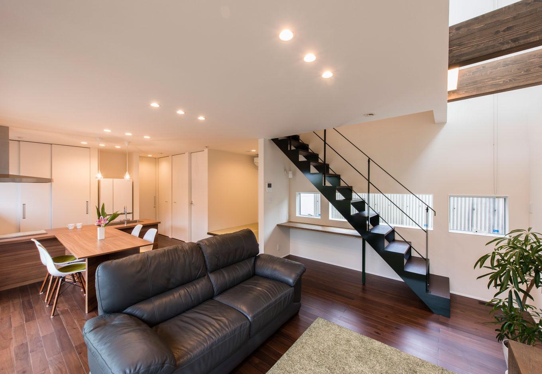 R+house 浜松中央(西遠建設)【趣味、建築家、ガレージ】リビング階段はスケルトンにすることで圧迫感を排除。アイアン製の手すりやワークテーブルの脚にご主人が好きな緑色をプラスして「我が家らしさ」を演出