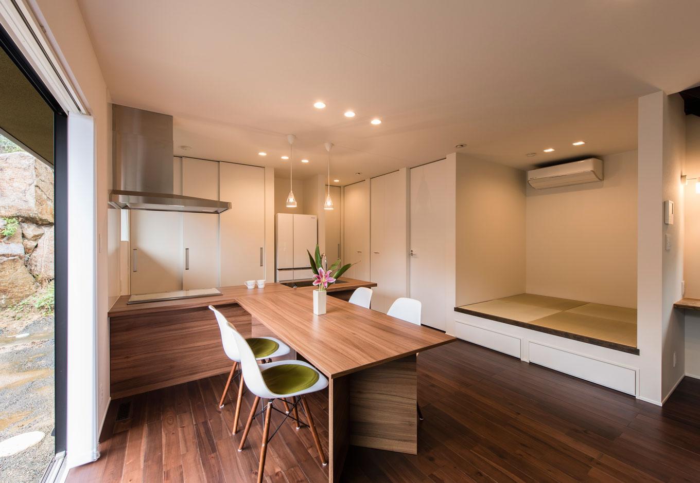 R+house 浜松中央(西遠建設)【趣味、建築家、ガレージ】キッチン背面に収納を集約し、片付けも楽々。引き戸を閉めれば目隠しになるので、急な来客にも対応できる
