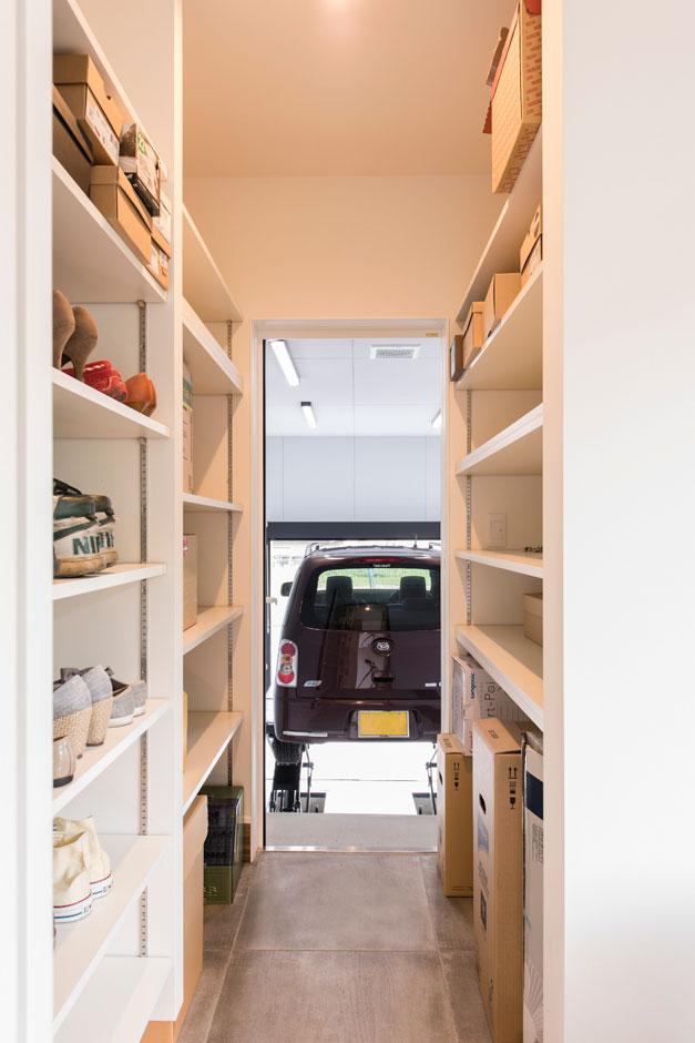 R+house 浜松中央(西遠建設)【趣味、建築家、ガレージ】両脇が収納棚になったシュークロゼットを通り抜けると、そこがご主人自慢のガレージ