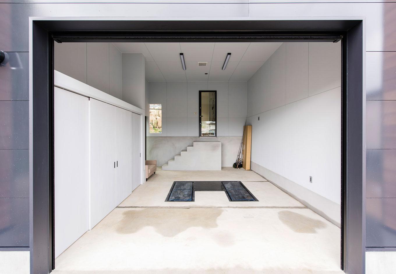 R+house 浜松中央(西遠建設)【趣味、建築家、ガレージ】ガレージ内部に扉付きの収納庫を設置。収納を充実させて雑多感を抑えた
