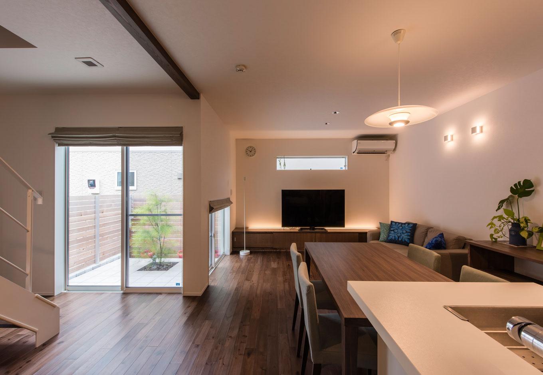R+house 浜松中央(西遠建設)【収納力、間取り、建築家】ゆったりとくつろげる空間にするため、照明は、光源が目に入りにくいグレアレスタイプを採用。間接照明も併用して、上質な印象に仕立てている