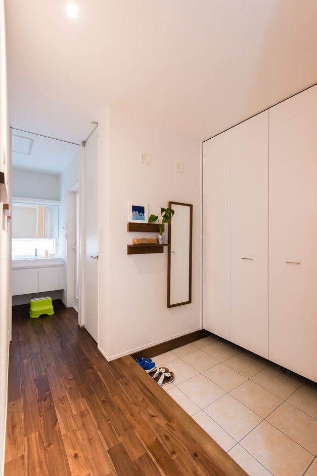 R+house 浜松中央(西遠建設)【収納力、間取り、建築家】玄関にも大容量の収納を設置。家族全員の靴を収め、すっきりと美しい出迎えの場に整えた