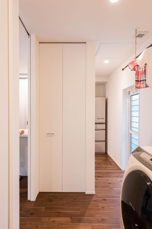 R+house 浜松中央(西遠建設)【収納力、間取り、建築家】キッチンと洗面・脱衣室の間にはユーティリティを設置。スムーズな家事動線と回遊性を得た機能的な間取りに