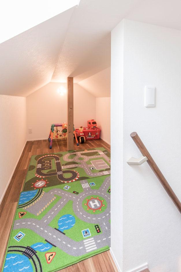 R+house 浜松中央(西遠建設)【収納力、間取り、建築家】階段を挟んでふたつある小屋裏収納のひとつは、子供たちの遊び場として活用。まるで秘密基地のような楽しい空間に