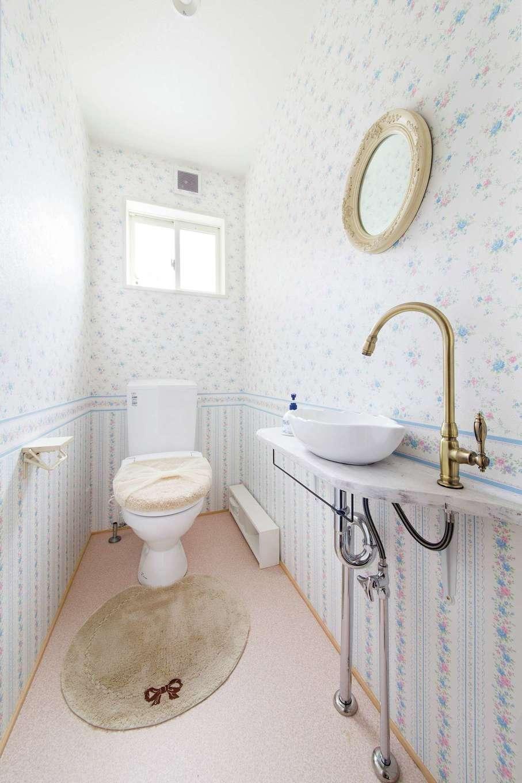 アキケンチク【デザイン住宅、収納力、趣味】フェミニンなクロス、オリジナルの洗面台にアンティーク調の蛇口や鏡が印象的な奥さまお気に入りの空間