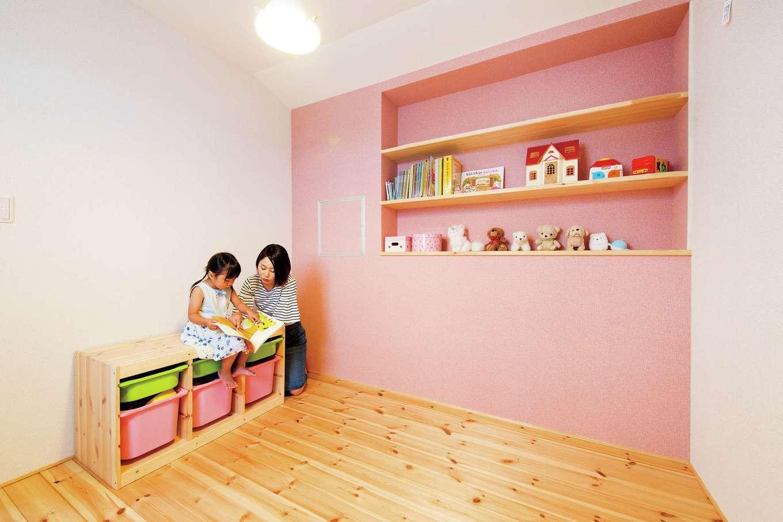 アキケンチク【デザイン住宅、収納力、趣味】ふたりのお子さんにあわせて、水色とピンクのアクセントウォール&本棚がかわいらしい子ども部屋を用意。水色の部屋は階下にある趣味部屋とつながり、家族が好きなことをしていても、自然と気配を感じられる間取り