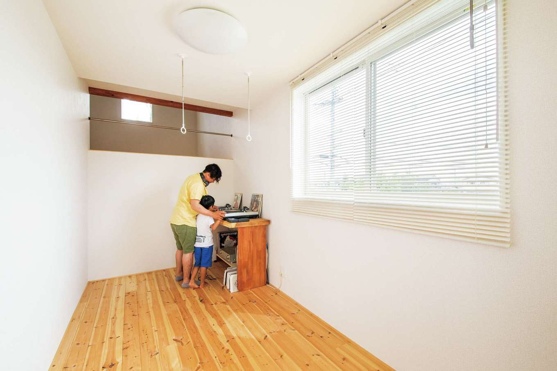 アキケンチク【デザイン住宅、収納力、趣味】音楽を思う存分楽しめるご主人の趣味部屋は、室内干しや家事室にもなるユーティリティスペース