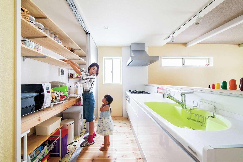 アキケンチク【デザイン住宅、収納力、趣味】家事をしながらでも、リビングダイニングで過ごす家族とおしゃべりが出来る対面式カウンター。背面には大容量の収納棚があり、冷蔵庫やキッチン家電、食器などを余裕で収納。来客時には扉を閉めれば生活感を感じさせず、すっきり。すぐ横には洗面室があり、忙しい朝の家事動線もばっちり